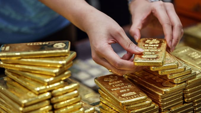 Gold holds steady as virus wave offsets vaccine hopes